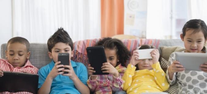Studiu: Ce se întâmplă când copilul petrece mai mult de 2 ore pe zi în fața ecranelor?