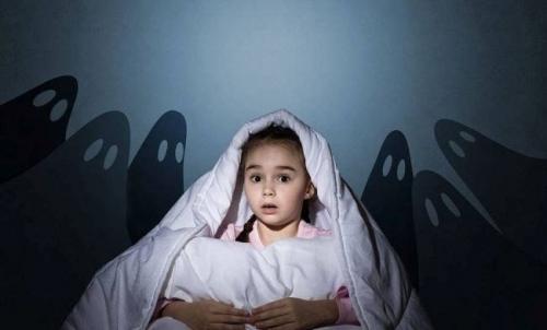 Cum îl putem ajuta pe copil să-și depășească fricile – recomandări pentru părinți